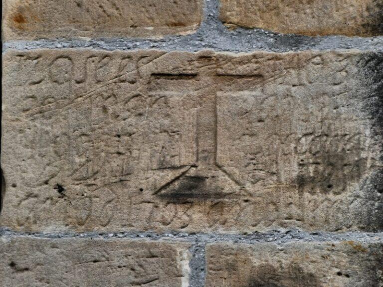 Inscripción en el muro del Palación de Toñanes